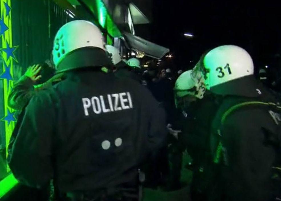 """Verdachtsunabhängige Polizeikontrollen in der """"Gefahrenzone"""" Foto: Spiegel TV"""