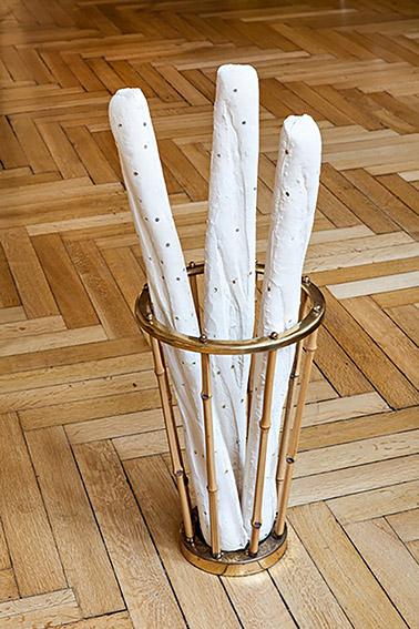 Anja Dietmann, REGENMACHERBAGUETTES IM SCHIRMSTÄNDER, Porzellan, Reis, Nägel und Bambus, Foto: FRED DOTT