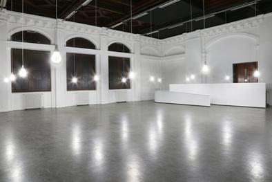 """Babak Behrouz, """"kW"""", Installation aus 16 Energiesparlampen (Made in Iran), HD-Video, 2016, Ausstellungsansicht Kunstverein Hamburger Bahnhof 2016, Foto: Jens Franke"""