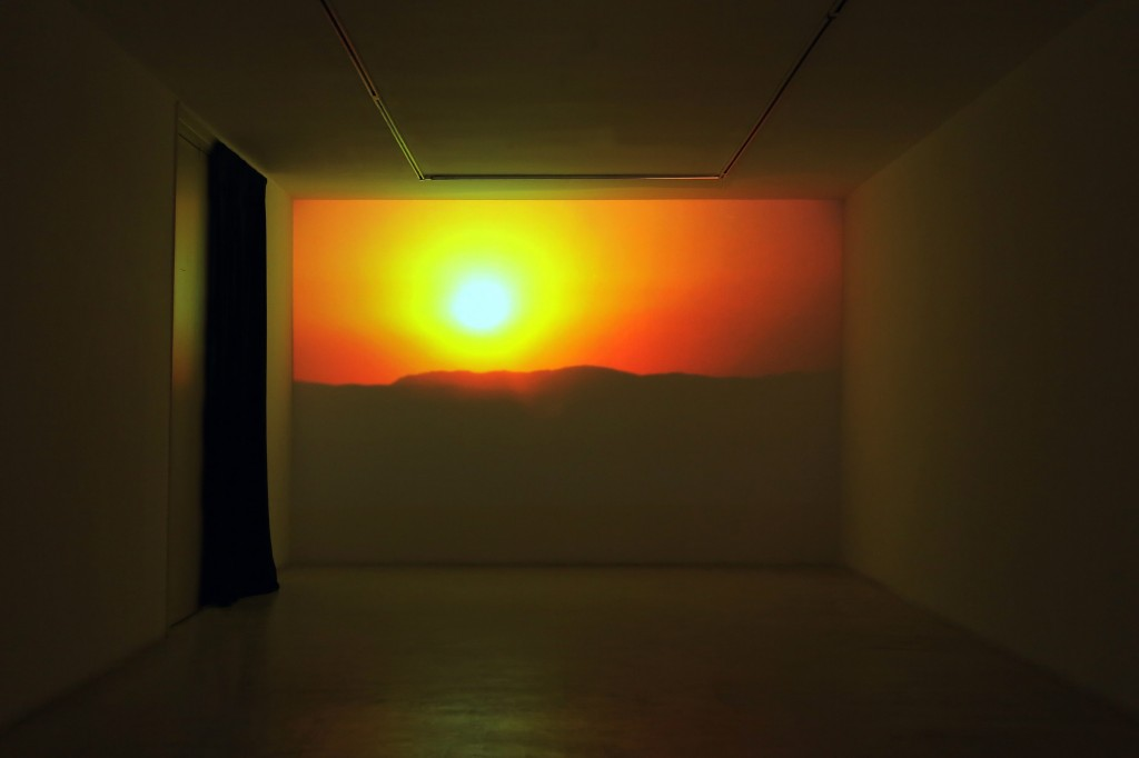 Annika Kahrs, Sunset - Sunrise, HD-Film, Farbe, 2 min, 2011, Installationsansicht Galeria Joan Prats, Barcelona Foto: Galeria Joan Prats